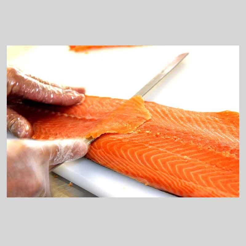 le tranchage du saumon fumé artisanal